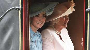 Herzogin Kate (l) und Herzogin Camilla in der Pferdekutsche auf dem Weg nach Ascot.