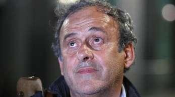 Michel Platini beim Verlassen einer Polizeistation im französischen Nanterre.