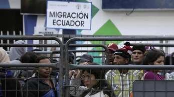 Wartende Venezolaner nach dem Überschreiten der Grenze von Kolumbien nach Ecuador.