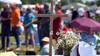 Ein Holzkreuz bei einem Festgottesdienst auf einem Altar. Zum Kirchentag in Dortmund werden rund 100.000 Besucher erwartet.