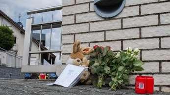 August vergangenen Jahres: Blumen und Kerzen vor dem Einfamilienhaus, in dem die Leichen der Kinder gefunden wurden.
