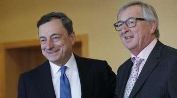 EU-Kommissionspräsident Jean-Claude Juncker hat die EZB und ihren Chef Mario Draghi (r.) vor Kritik an ihrem geldpolitischen Kurs in Schutz genommen.