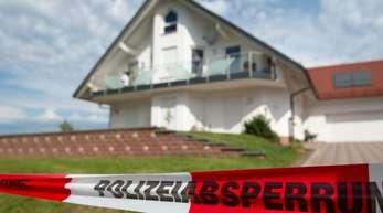 Ein Absperrband der Polizei Anfang Juni vor dem Haus des ermordeten Kasseler Regierungspräsidenten Lübcke.