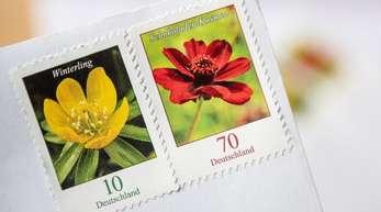 Wer noch 70-Cent-Briefmarken hat, muss sie ab dem 1. Juli für einen mit der Deutschen Post versendeten Brief mit einer 10-Cent-Marke ergänzen.