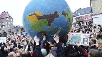 Schüler während einer einer «Fridays for Future»-Klimademonstration mit einem übergroßen Erdball.