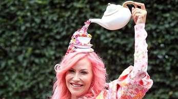 Alexa Holman aus Miami hat ein Kännchen Tee dabei.