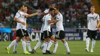 Deutschlands U21-Fußballer feiern Torschützen Luca Waldschmidt und den Einzug ins EM-Halbfinale.