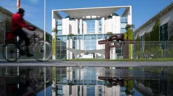 Zur Zukunft der deutschen Autoindustrie treffen sich Automanager, mehrere Minister, die Spitzen von Union und SPD mit Kanzlerin Merkel im Kanzleramt.