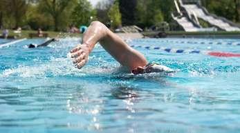 Mit vollem Magen nicht ins Wasser - diesen Tipp dürften die meisten kennen. Aber was ist wirklich dran?