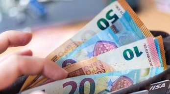 Die Mehrheit der Erwachsenen zwischen 16 und 25 Jahren zahlt lieber bar als mit EC- und Kreditkarte.