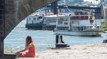 Ein Ausflugsschiff fährt auf der Donau. Dass die UV-Strahlung so stark ist, liegt an den wenigen Wolken.