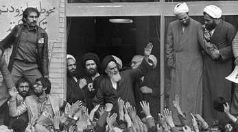 Ajatollah Ruhollah Chomeini (M.) winkt am 1. Februar 1979 in Teheran den Menschenmassen zu die ihn nach seiner Rückkehr begrüßen.