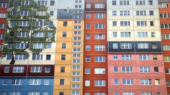 Plattenbauten stehen an der Frankfurter Allee im Berliner-Bezirk Friedrichshain.