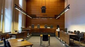 Gerichtssaal im Freiburger Landgericht. Nach der mutmaßlichen Gruppenvergewaltigung einer 18-Jährigen beginnt der Prozess gegen elf Männer.