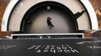 Blick in den Handelssaal der Frankfurter Wertpapierbörse. 55 Prozent der Anteile der 30 Konzerne in der ersten deutschen Börsenliga lassen sich Anlegern aus dem Ausland zuordnen.