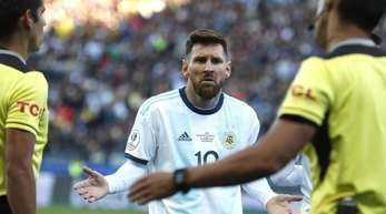 Lionel Messi (M.) fühlt sich ungerecht behandelt.