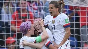 US-Spielerinnen Megan Rapinoe (l-r), Rose Lavelle und Tobin Heath jubeln nach Lavelles Tor zum 2:0.