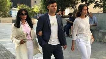 Javier Sanchez Santos mit seiner Maria Edite (l) auf dem Weg zum Gericht.