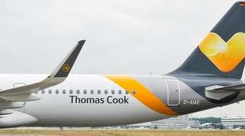 Das Heck eines Airbus A321 der Fluggesellschaft Condor mit dem neuen Design des Tourismuskonzerns Thomas Cook. Frisches Geld soll Thomas Cook ausreichenden Spielraum für das Winterhalbjahr 2019/2020 liefern und Investitionen in das Geschäft ermöglichen