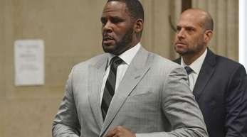 US-Sänger R. Kelly (l.) muss sich wegen sexuellen Missbrauchs vor Gericht verantworten.