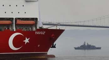 Begleitet von einem Schiff der türkischen Marine, macht sich das Bohrschiff «Yavuz» auf den Weg vor die Küste Zyperns.