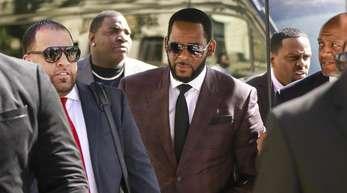 R. Kelly (m.) muss nach erneuten Vorwürfen vorerst in Haft bleiben.