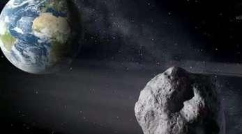 Die künstlerische Darstellung zeigt einen erdnahen Asteroiden im Vorbeiflug der Erde.