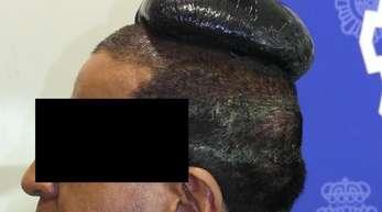 Koks-Kopf:Der festgenommene Drogenkurier auf dem Flughafen vonBarcelona.