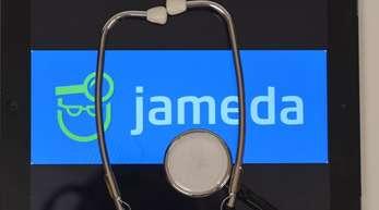 Auf einem iPad ist das Ärztebewertungsportal Jameda zu sehen ist.