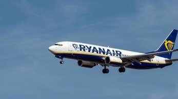 Ein Flugzeug der irischen Fluggesellschaft Ryanair im Landeanflug auf den Flughafen Frankfurt.