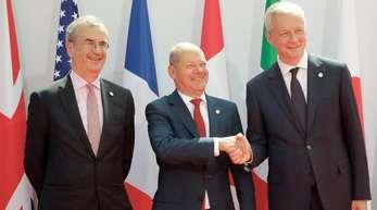 Bruno Le Maire (r-l), Finanzminister von Frankreich, begrüßt Olaf Scholz, Finanzminister von Deutschland, und Francois Villeroy de Galhau, Präsident der Banque de France, zu einem Treffen der G7-Finanzminister zur Vorbereitung auf den G7-Gipfel.
