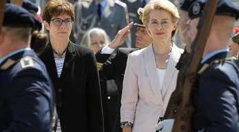 Ursula von der Leyen, scheidende Verteidigungsministerin, und ihre Nachfolgerin Annegret Kramp-Karrenbauer bei der Amtseinführung im Bendlerblock.