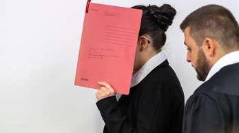 Der Angeklagten wird unter anderem vorgeworfen, ein fünf Jahre altes Mädchen als Sklavin gehalten und verdursten lassen zu haben.