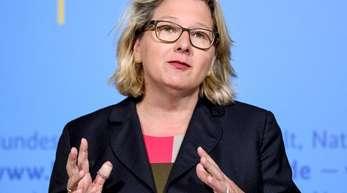 Umweltministerin Svenja Schulze hat sich für Flugpreise ausgesprochen, die die Kosten für CO2-Emissionen enthalten.
