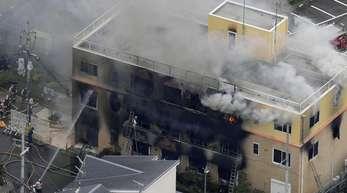 Rauch steigt aus dem dreistöckigen Studio in Kyoto auf.