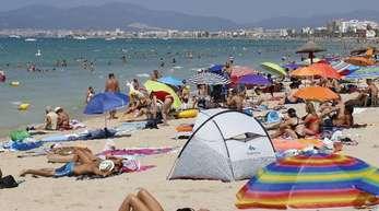 Hier darf weiter gequalmt werden: Touristen sonnen sich am Strand von El Arenal auf Mallorca.