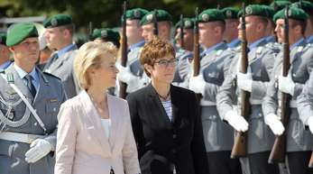 Annegret Kramp-Karrenbauer (r.) und Ursula von der Leyen schneiden in einer aktuellen Umfrage beide nicht gut ab.