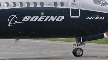 Ein Flugzeug des Typs Boeing 737 MAX 9 auf einem Rollfeld.