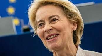 Ursula von der Leyen steht nach ihrer Bewerbungsrede vor den Abgeordneten des Europaparlaments im Plenarsaal. Von der Leyen bewirbt spricht für eine Reform der Dublin-Regeln aus.