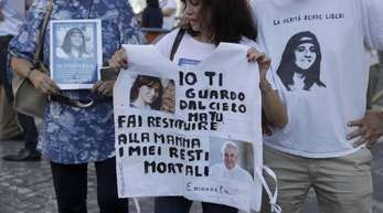 Menschen erinnern in Vatikanstadt an Emanuela Orlandi, die im jahr 1983 als 15-Jährige verschwand.