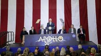 Mike Pence (M), US-Vizepräsident, hält eine Rede während einer Veranstaltung für Mitarbeiter, ihre Familien und Unterstützer im Kennedy Space Center.