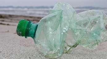 Schlecht für die Umwelt - egal in welcher Form: Die Einwegflasche aus Plastik.