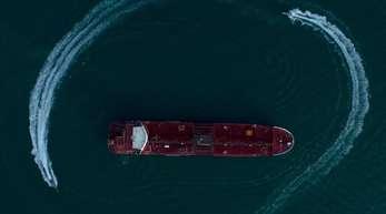 Das Foto zeigt den britischen Öltanker «Stena Impero» in der Straße von Hormus, der von Schnellbooten der iranischen Revolutionsgarden umkreist wird.