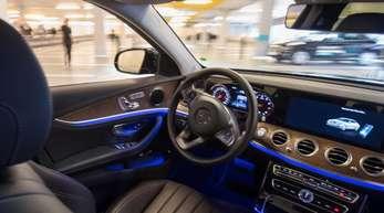 Ein Mercedes-Benz fährt während einer Präsentation autonom durch ein mit Bosch-Sensoren ausgestattetes Parkhaus.