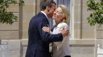 Er hatte sich für sie stark gemacht: Frankreichs Präsident Emmanuel Macron begrüßt die neue EU-Kommissionschefin Ursula von der Leyen vor ihrem gemeinsamen Mittagessen im Elysee-Palast.