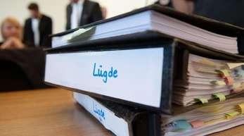 Aktenordner zum Missbrauchsfall Lügde auf dem Tisch eines Anwaltes.