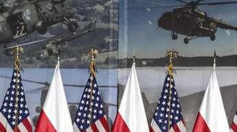 Die Fahnen von Polen und den USA bei einer Konferenz in Warschau.