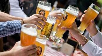 Die Gäste sind zahlreich vorhanden, aber Mitarbeiter in der Gastronomie sind schwer zu finden. Eine Männergruppe stößt im Biergarten eines Wirtshauses an der Isar mit ihren Weißbiergläsern an.