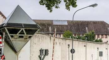 Die fünf Überwachungstürme der JVA sind laut einer Sprecherin derzeit wegen einer Asbestsanierung nicht besetzt.