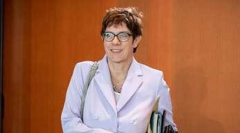 CDU-Chefin Kramp-Karrenbauer hat mit Äußerungen zu einem möglichen Parteiausschlussverfahren gegen Ex-Verfassungsschutzchef Maaßen Teile ihrer Partei irritiert.
